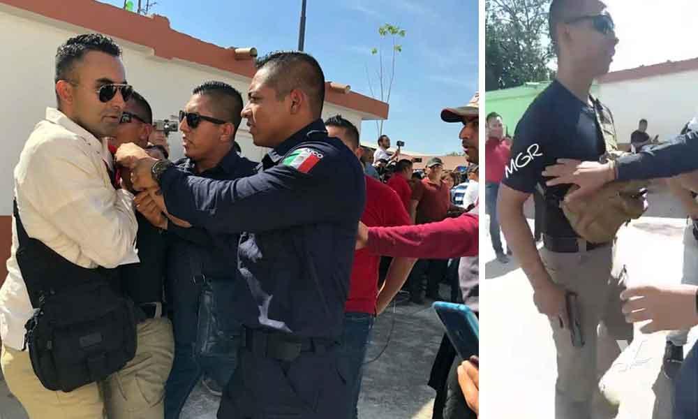 Policía amenaza con un arma de fuego a manifestantes que buscaban a AMLO en un mitin
