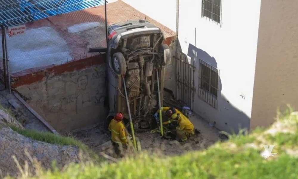 Asaltantes mueren al volcar su auto durante una persecución policiaca en Tijuana