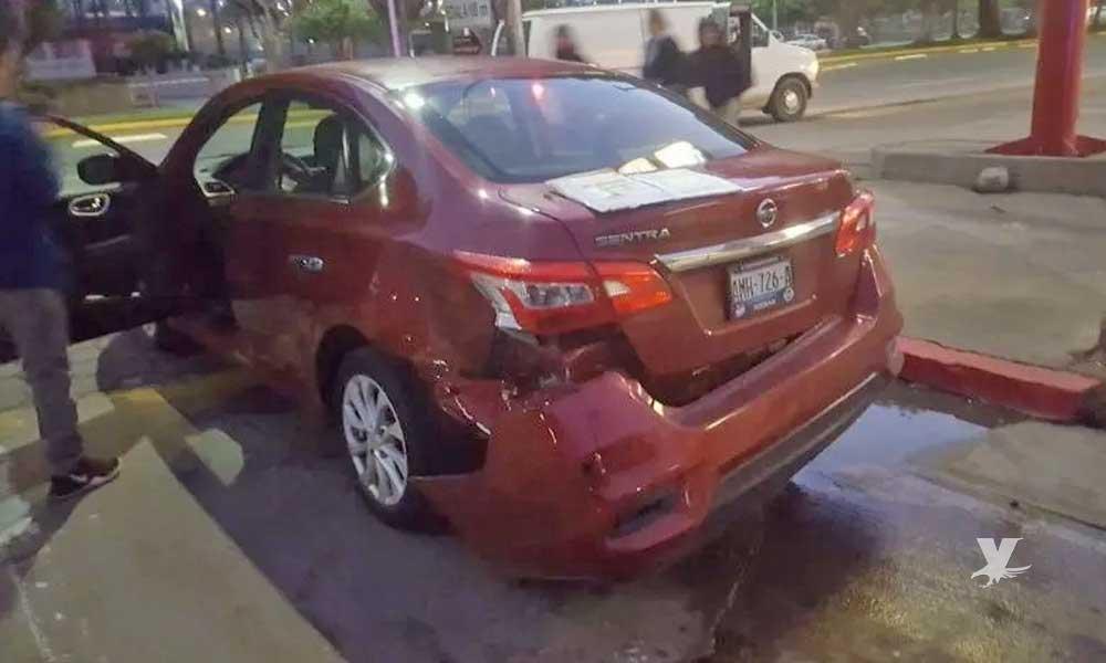 Causa accidente vehicular e intenta escapar del lugar