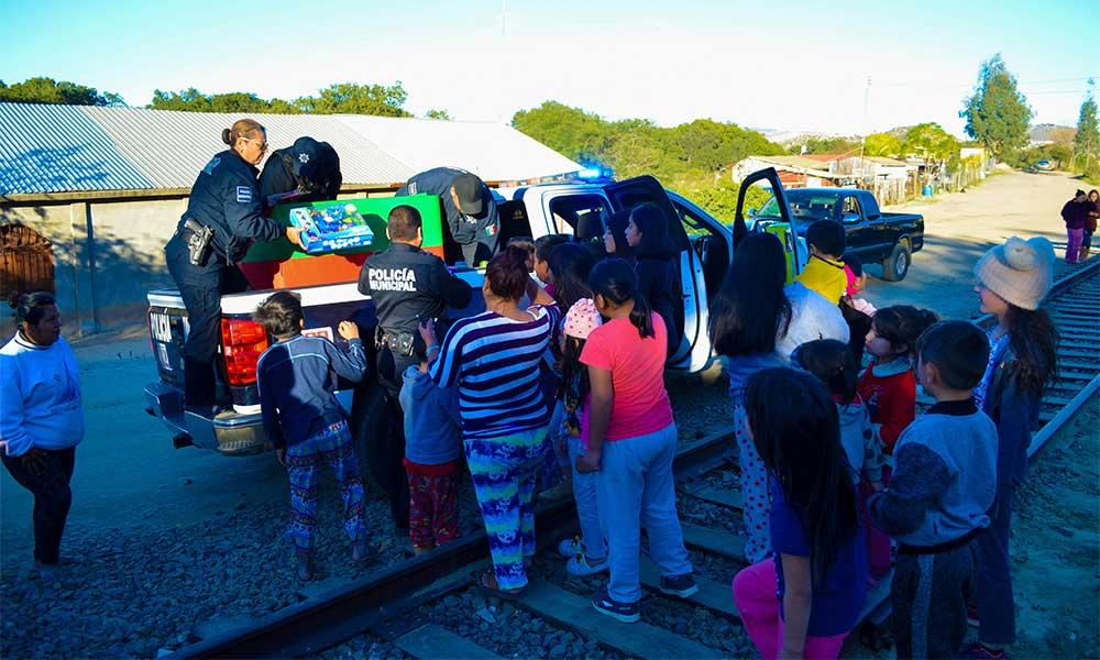 Policias entregan juguetes a pequeños de escasos recursos en Tecate