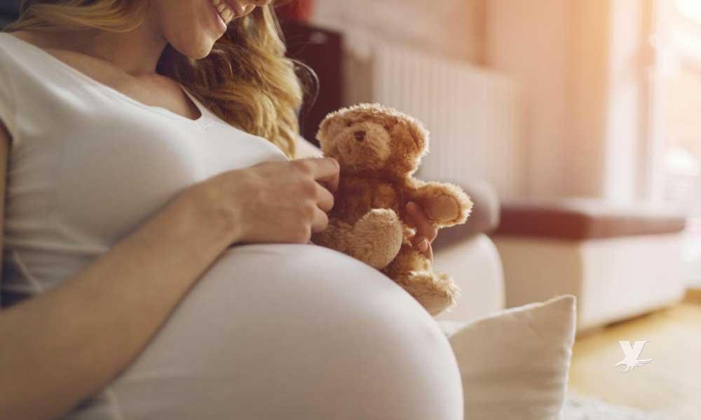 Destituyen a maestra por pensar ser madre soltera