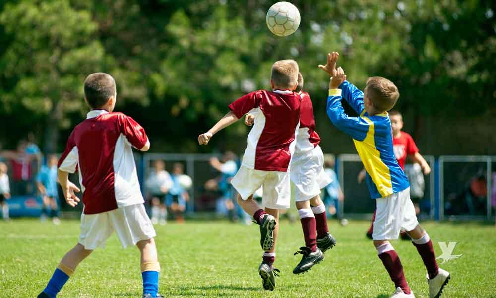 """Prohiben que niños menores de 12 años """"cabeceen"""" el balón de futbol en los partidos"""