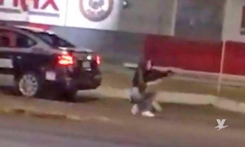 (VIDEO) Mujer roba arma de una patrulla y se enfrenta a disparos con la policía