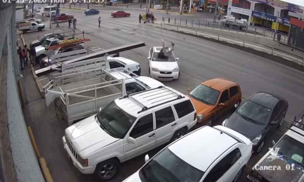 (VIDEO) Hombre es atropellado brutalmente por automovilista que se pasó un semáforo