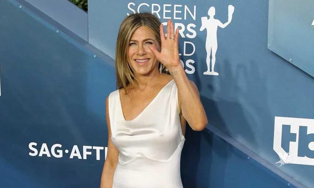 (VIDEO) Jennifer Aniston aparece en los SAG en vestido blanco y sin sostén