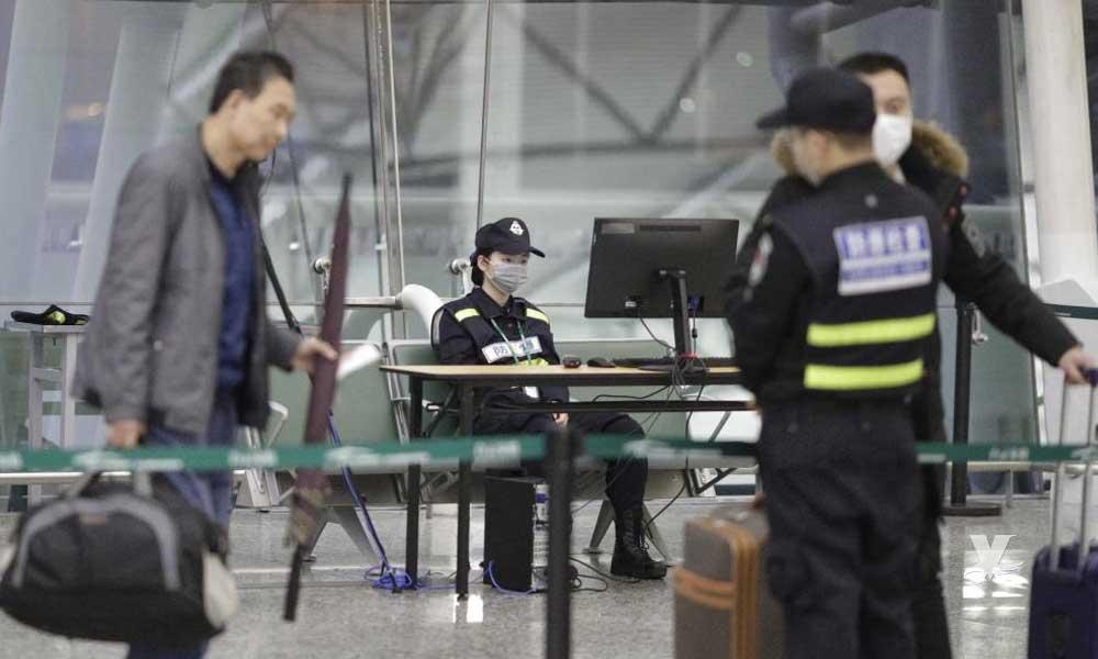 Hombre obliga a regresar un vuelo al bromear con estar contagiado de Coronavirus