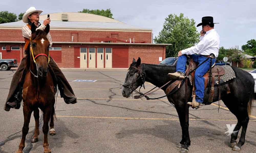 Multan a vaquero que utilizaba el celular mientras montaba su caballo