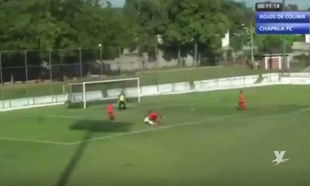 (VIDEO) Narrador de futbol explota contra árbitro y lo insulta en plena transmisión