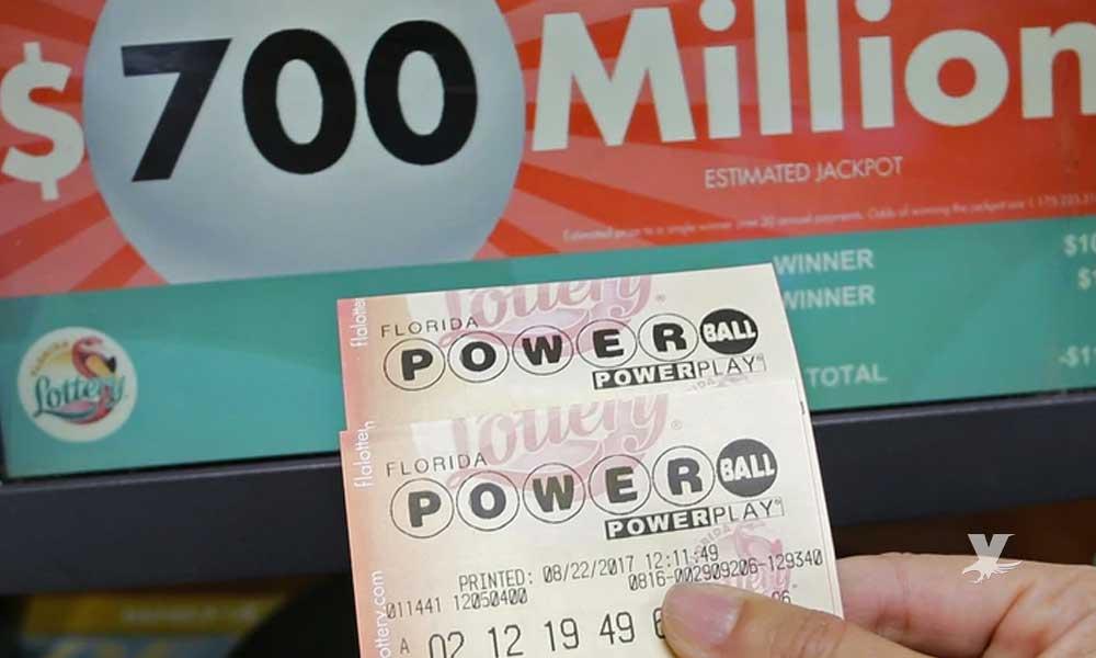 Compra boleto de lotería con monedas encontradas en su auto y gana 250 mil dólares