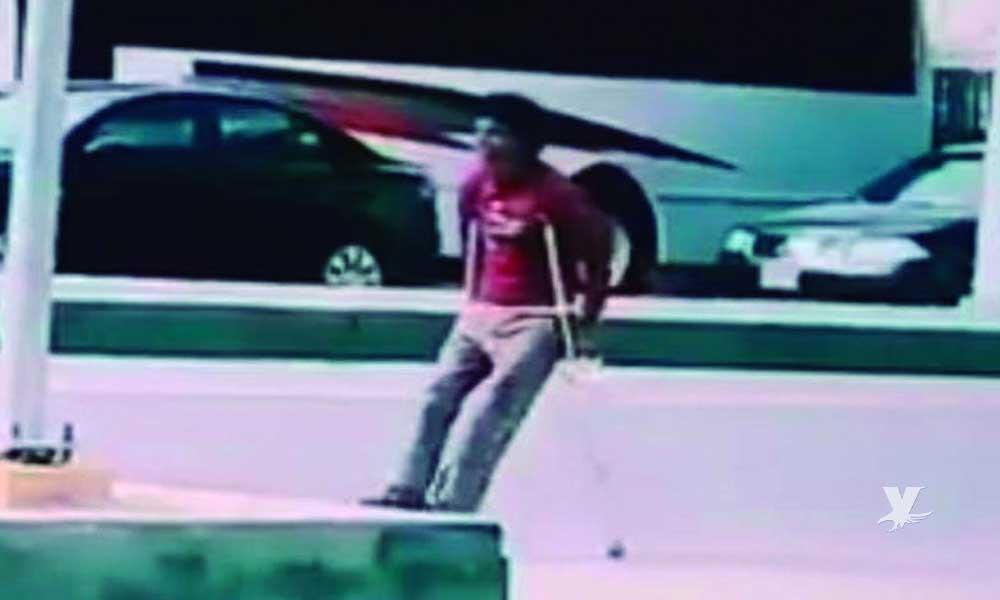 """(VIDEO) Hombre en muletas se """"cura"""" milagrosamente mientras avanzaba por la calle"""