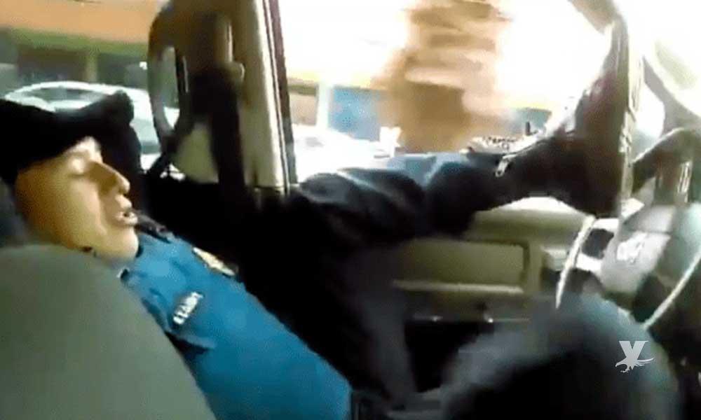 (VIDEO) Oficial es grabado por su compañero mientras maneja la patrulla con el trasero