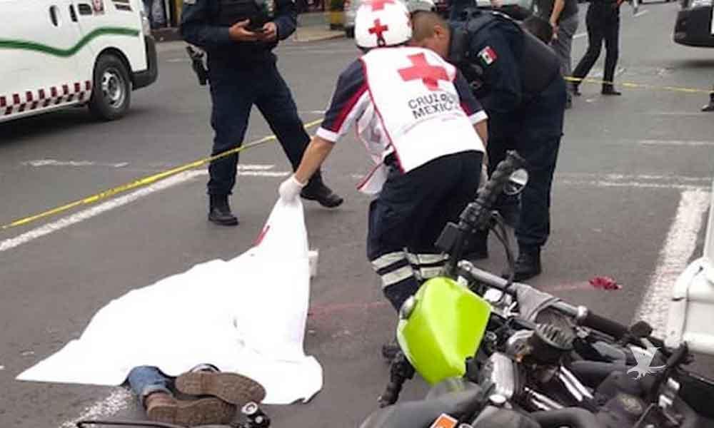 Tráiler embiste a tres personas en motocicleta, mata a una y dos quedan gravemente lesionados