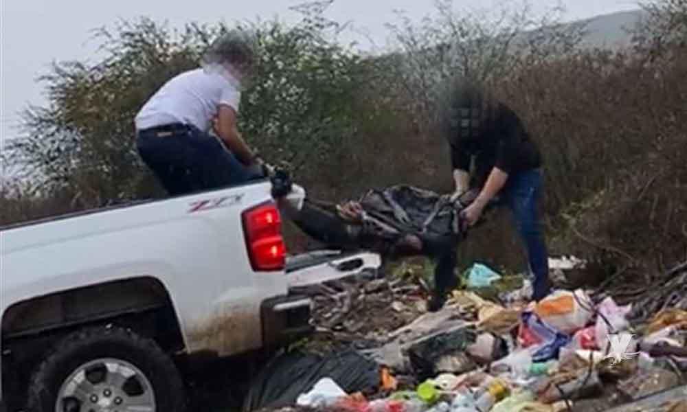 (VIDEO) Captan a sicarios tirando el cuerpo de un hombre en un basurero clandestino