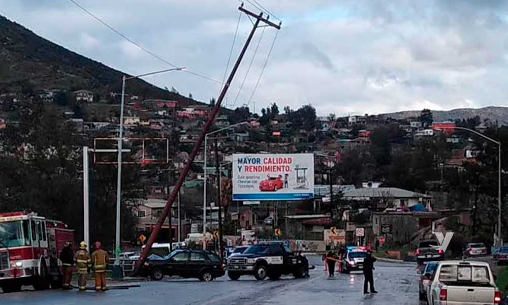 Vehículo impacta con poste de luz en Tecate; conductor se va del lugar