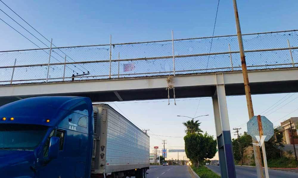 Colocan calavera colgando en puente de Tecate