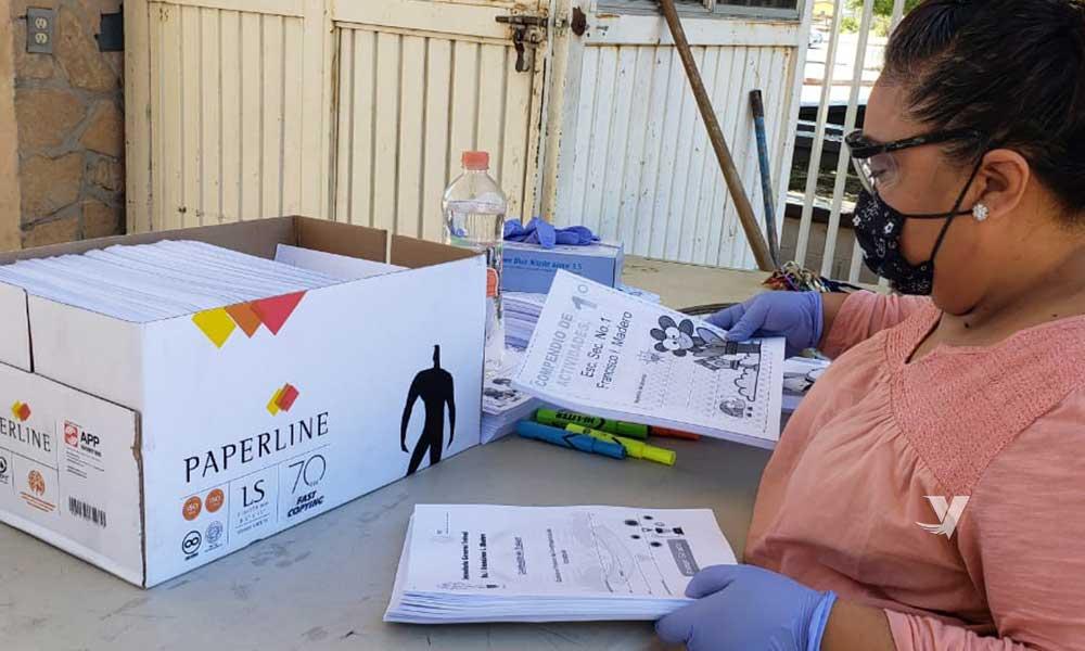 Estudiantes de la Secundaria Francisco I. Madero reciben  cuadernillos para trabajar desde casa
