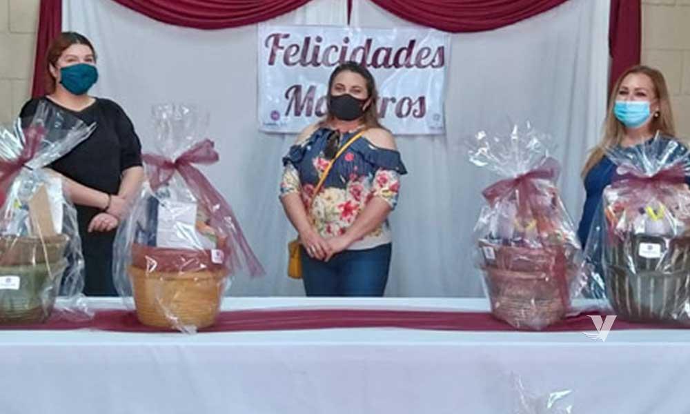 Entrega DIF Municipal regalos a docentes en el marco del Día de Maestro