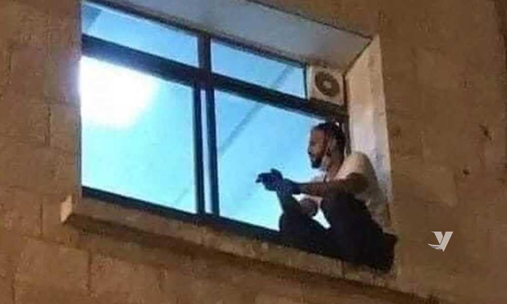 Joven trepa a ventana de hospital para despedirse de su madre enferma de Covid-19