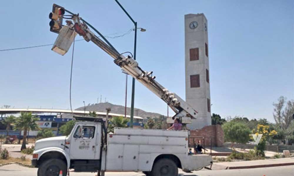 Realiza Obras Públicas mantenimiento en alumbrado público de la ciudad