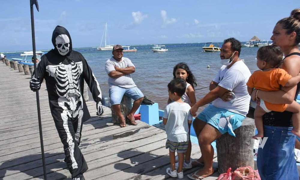 Joven recorre playas de Quintana Roo vestido de La Muerte