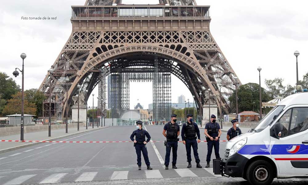 Evacúan Torre Eiffel por amenaza de bomba