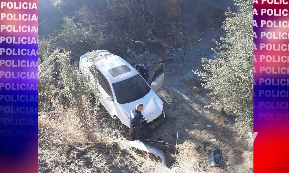 Localizan carro en un barranco