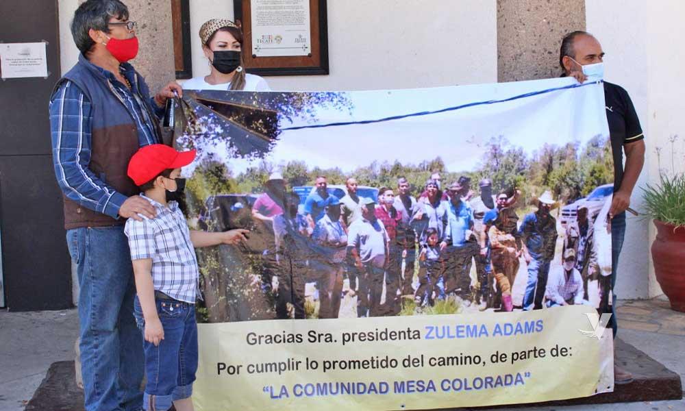 Reconocen residentes del Cóndor a la alcaldesa Zulema Adams Pereyra por cumplir con el motoconformado de camino vecinal