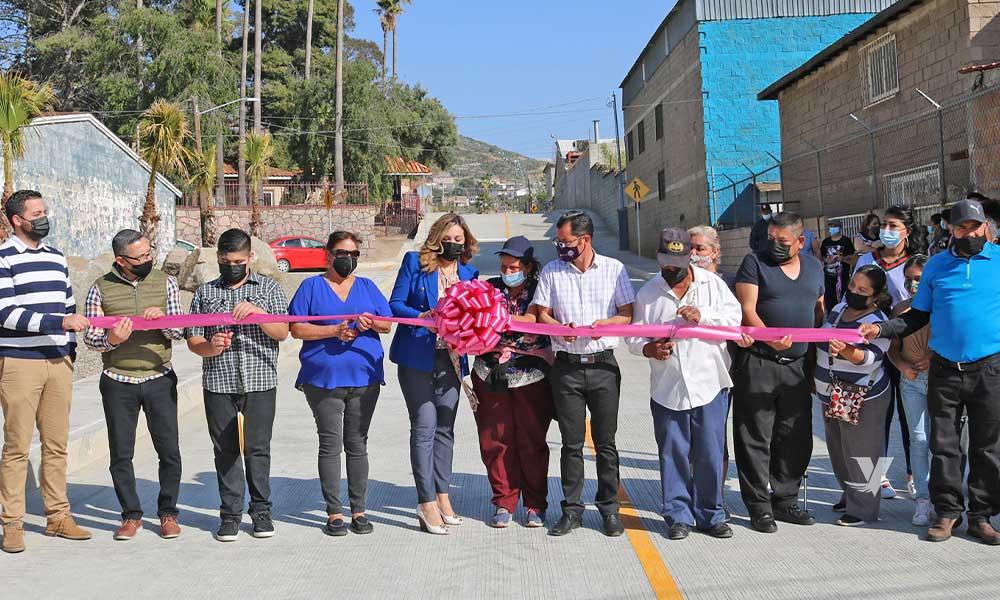 Da corte de listón, alcaldesa Olga Zulema Adams Pereyra, a la inauguración de los trabajos de pavimentación de calle Francisco Villa de la colonia San Fernando