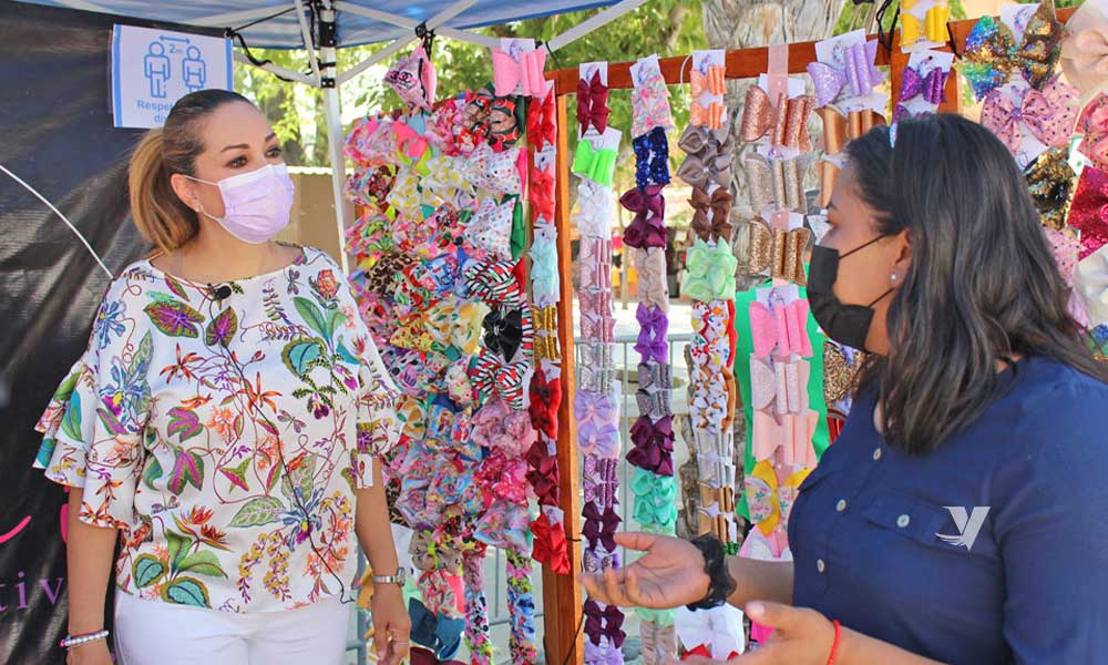 Se lleva a cabo el 1er Bazar Emprendedor de la Juventud Tecatense en corredor del parque Miguel Hidalgo
